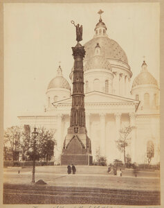 Колонна Славы перед Троицким собором