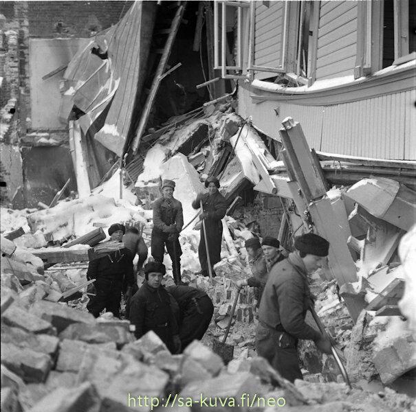 Pommituksen jälkeen pelastustöissä Sortavalassa.