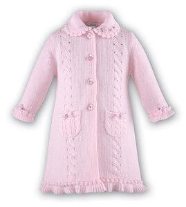 Розовое пальто с косичками спицами