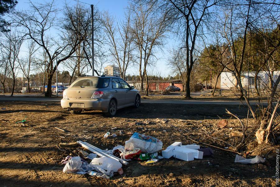 куча мусора в гаражном кооперативе