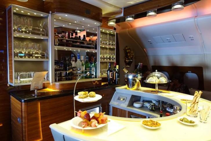 40. После пробуждения я немного выпил и направился к знаменитому бару Emirates A380 для пассажиров п
