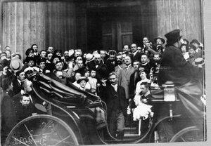 Группа офицеров и буржуазии приветствует Сербского посланника по случаю объявлении войны Германии.