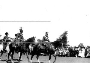 Император Николай II подъезжает к месту парада в сопровождении командира полка генерал-майора князя С.К.Белосельского- Белозерского.