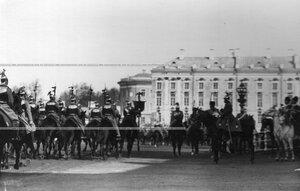Церемониальный марш штандартного эскадрона во время парада полка.