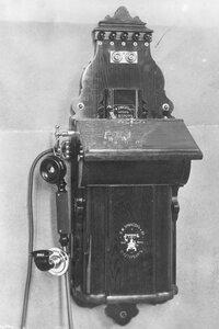 Внешний вид стенного фонического телефонного аппарата с коммутатором, служащего при установке промежуточной станции двухпроводной системы.