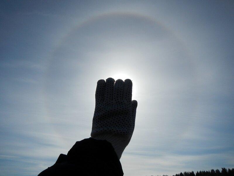 Солнце, закрытое перчаткой и гало вокруг него