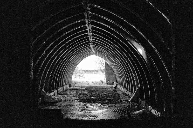 укрытый землёй бетонный ангар. черно-белая версия