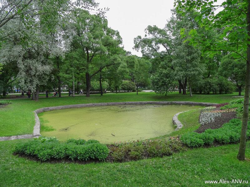 А это уже Александровский парк. Традиционно заросшие ряской пруды.