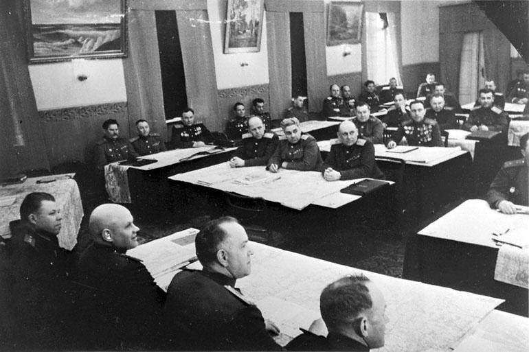18-Ком. 1-м Бел. фр. Жуков Г.К. во время штабных учений перед наступ. опер. 1945.jpg