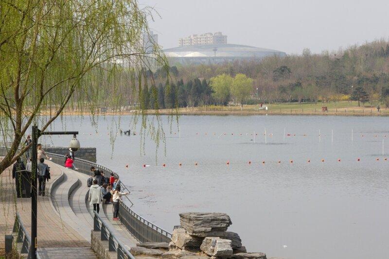 Озеро и хоккейный стадион за ним, Олимпийский парк, Пекин