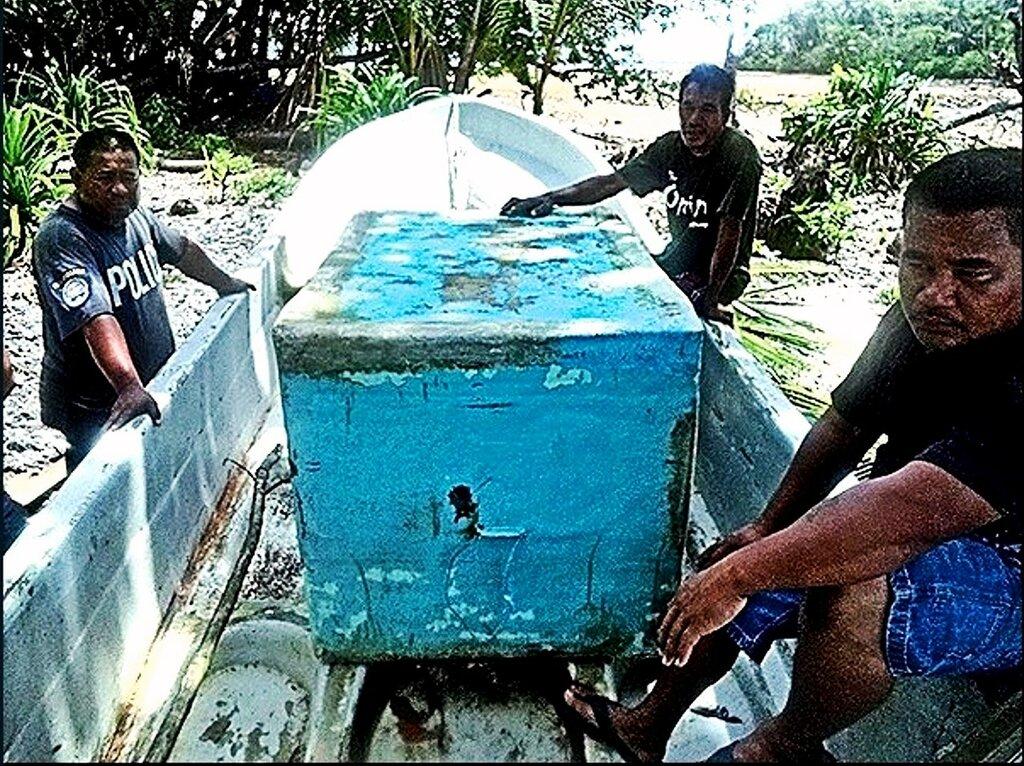 От палящего солнца и непогоды Хосе укрывался в деревянном ящике для хранения рыбы. Фото Гифф Джонсон Giff Johnson.jpg