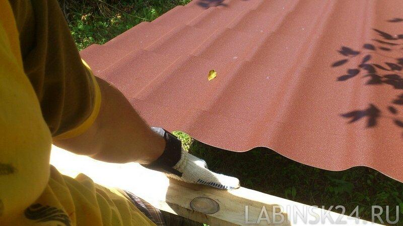 Кладем конструкцию с листом на салазки