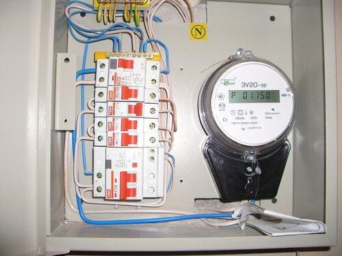 Фото 3. Квартирный электрощит. При попытках вернуть в рабочее положение отключившийся автомат (3-й сверху аппарат защиты, номинал 16 А), срабатывает вводное УЗО (1-й сверху аппарат защиты, номинальный ток 63 А, ток утечки 30 мА).