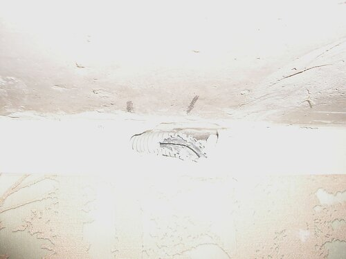 Фото 12. В толще стены, чуть ниже стыка гипсовой пазогребневой плиты и потолочного перекрытия, обнаружена гофрированная ПВХ-труба. Повреждений кабеля, проложенного в этой трубе, не обнаружено.