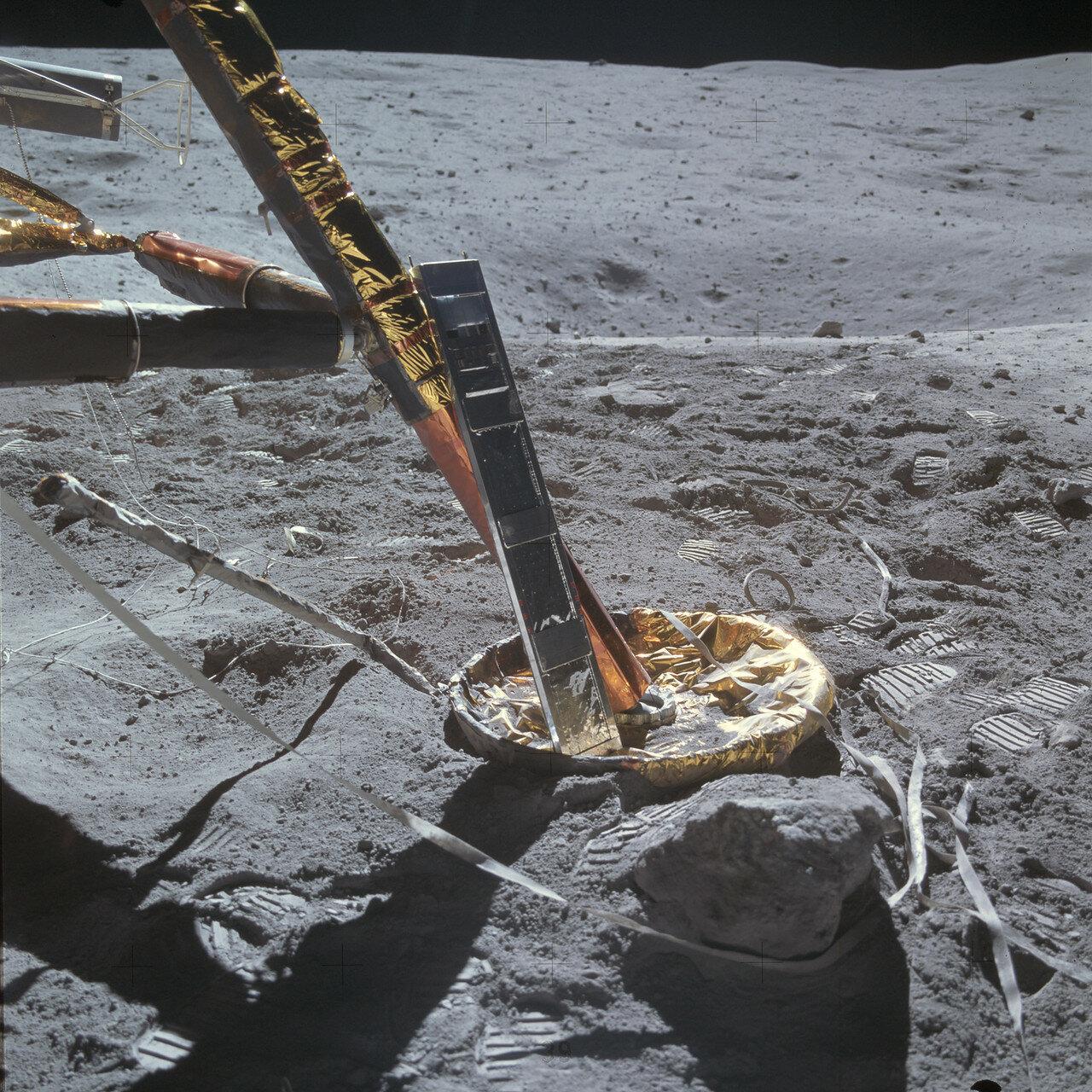 Затем Янг выгрузил и  разместил в тарелке опоры «Ориона» детектор космических лучей. На снимке: Детектор космических лучей на опоре лунного модуля