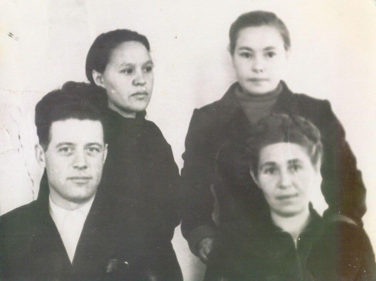 1950-е. Пред.сельпо Провоторов, Березовская Н.Д, Светлана Болдонова