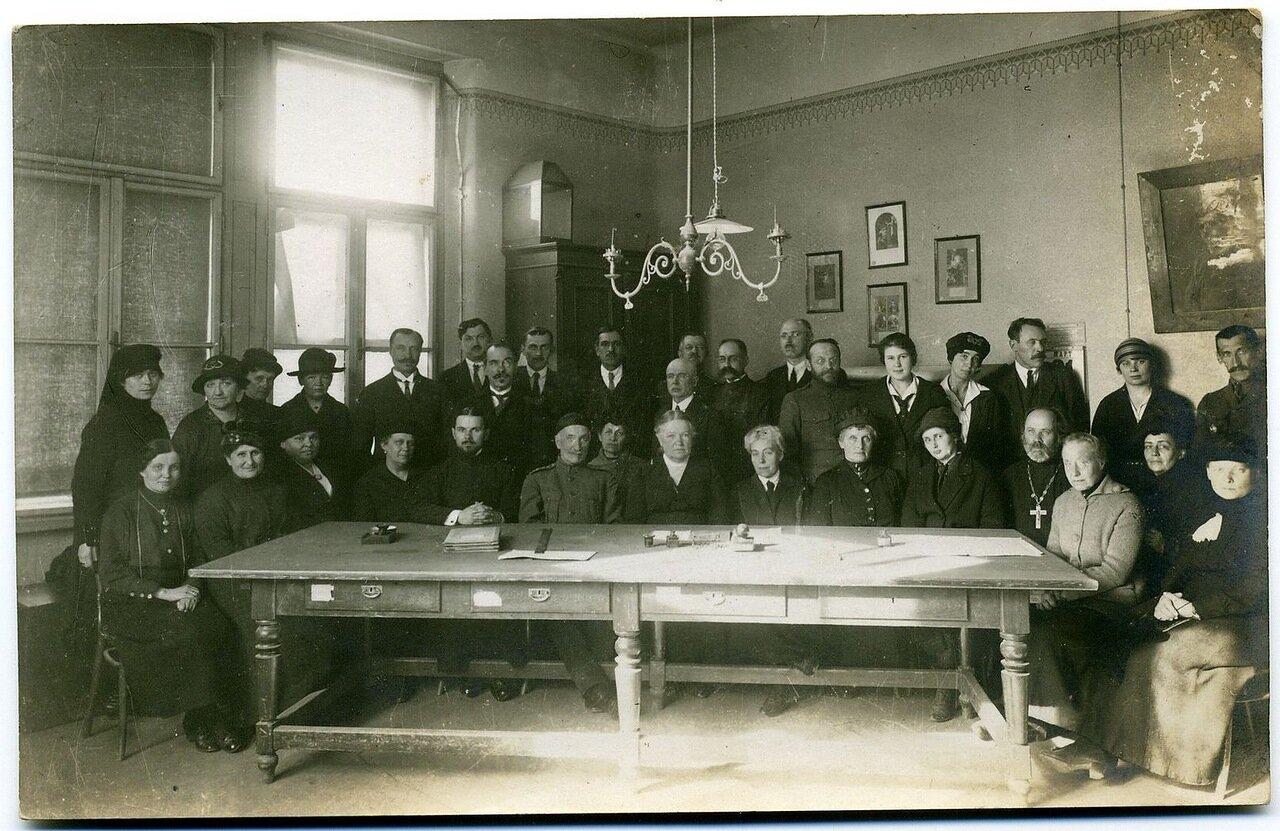 Преподавательский состав института 1922-23 гг.  Неклюдова сидит в центре