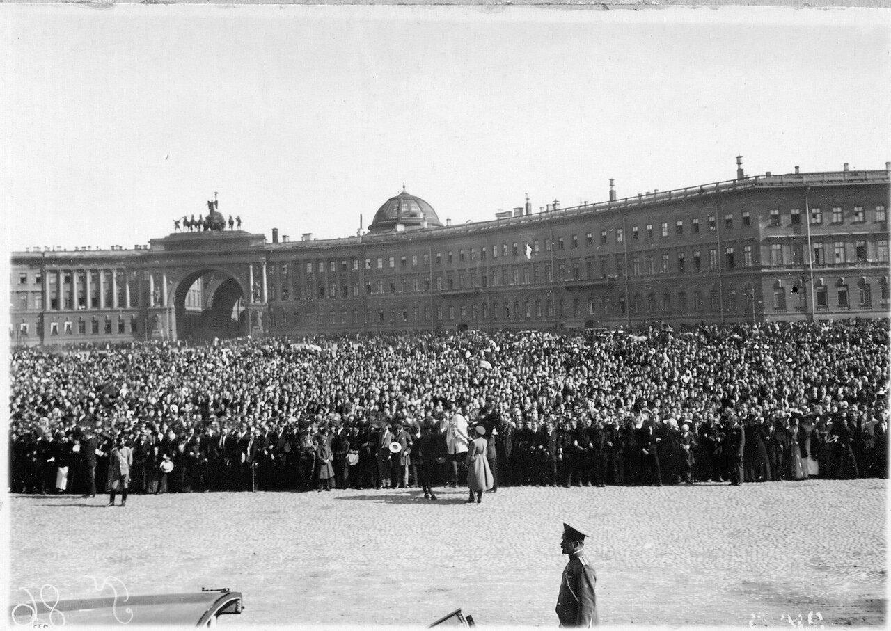 12. На Дворцовой площади во время чтения манифеста об объявлении войны