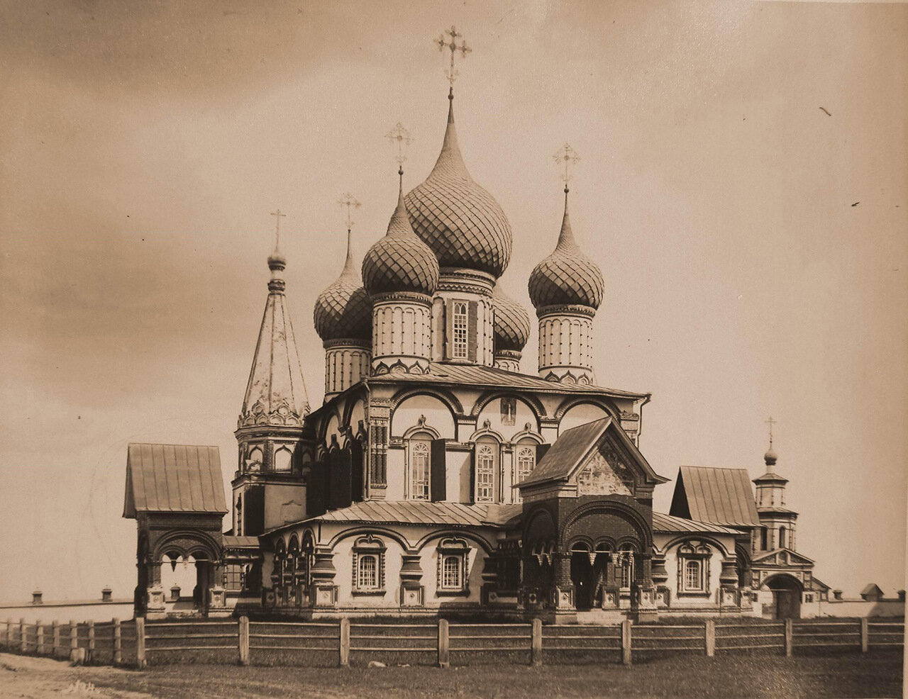 Вид северо-западного фасада церкви Иоанна Златоуста в Коровниках