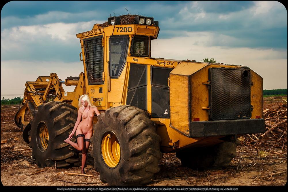 Голая Татьяна на лесозаготовке