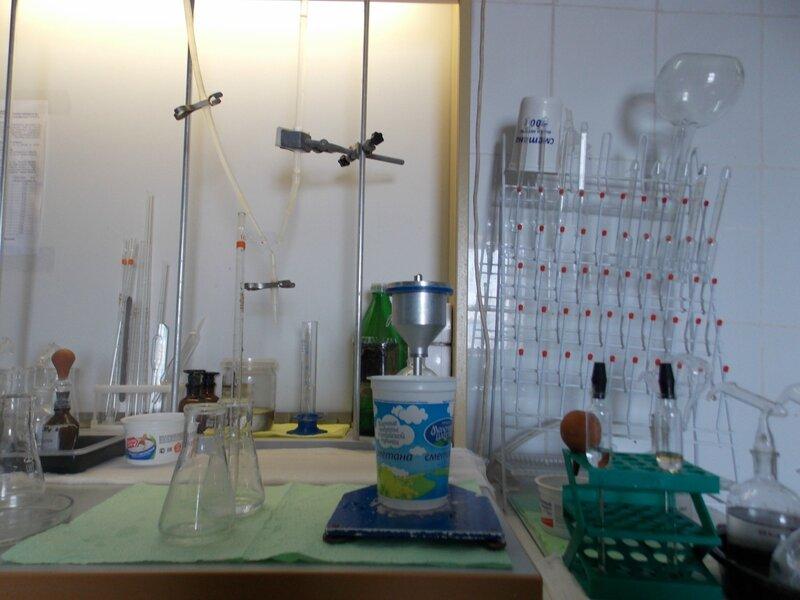 Молоко проходит экспресс-анализ в производственной лаборатории: физико-химические показатели, а возможно и микробиологические.