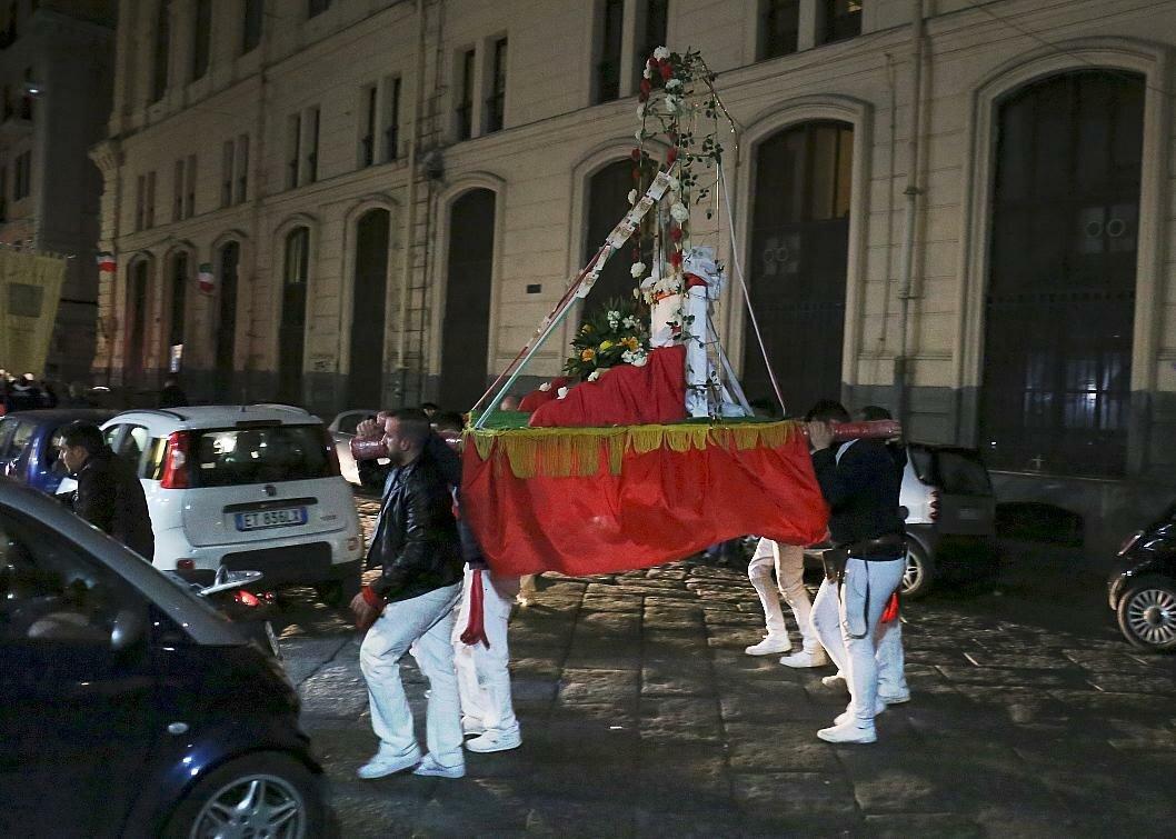 Неаполь. Ночное шествие на Седиле-ди-Порто