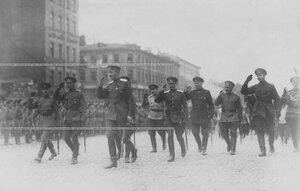 Командующий войсками Петроградского военного округа  генерал О.П.Васильковский и сопровождающие его лица на смотре запасногобатальона.