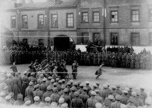 Смотр запасного батальона полка во дворе казармы.
