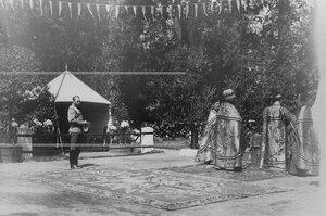 Император Николай II и священники перед началом торжественного богослужения у памятника шефу полка , великому князю Михаилу Николаевичу в день его открытия.
