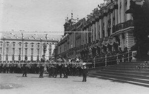 Император Николай II беседует с гералами после окончания парада у Екатерининского дворца.