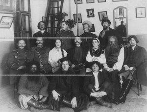 Группа участников любительского спектакля.