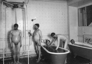 Мытье в ванной и под душем.