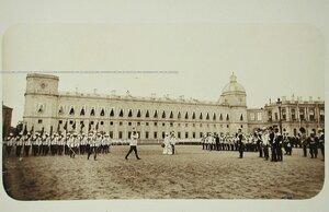 Шеф полка вдовствующая императрица Мария Федоровна и император Николай II (в центре) принимают парад кирасир на плацу перед Гатчинским дворцом.