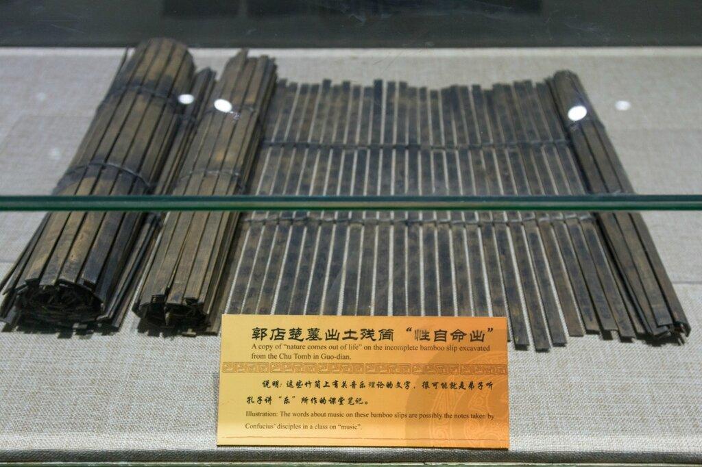 Бамбуковый свиток с иероглифическим текстом