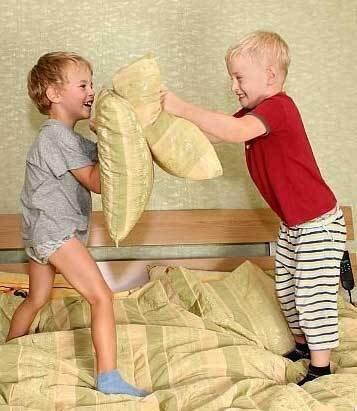 Игры, дети и подушки
