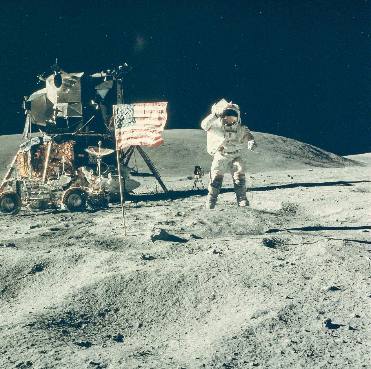 Далее Джон Янг собрал и установил флаг США. Дьюк  попросил Янга показать, как отдают большое военно-морское воинское приветствие. Янг дважды высоко прыгнул и отсалютовал флагу в прыжке. На снимке: Джон Янг прыгает и приветствует флаг
