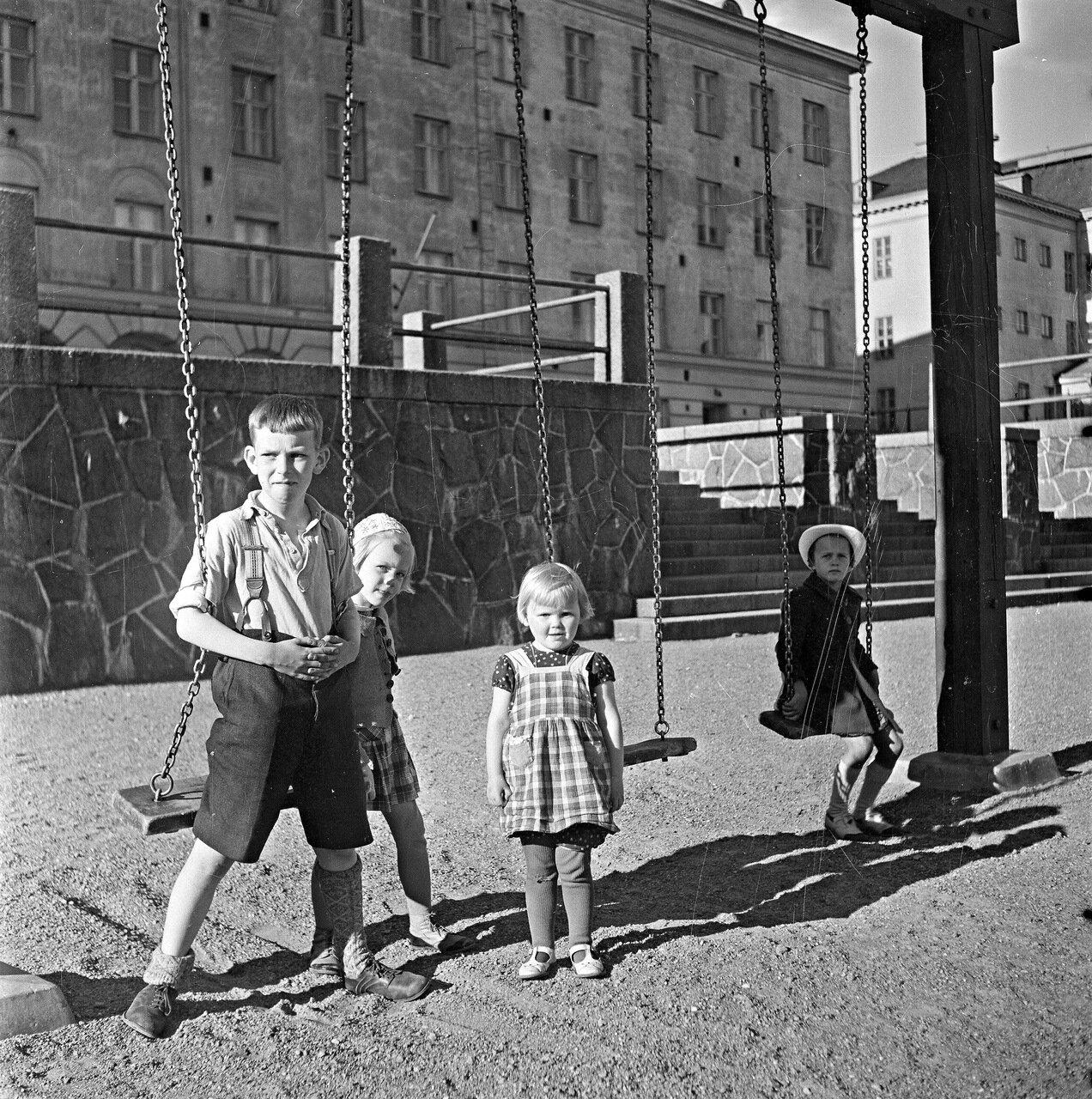 1941. 20 июня. На детской площадке