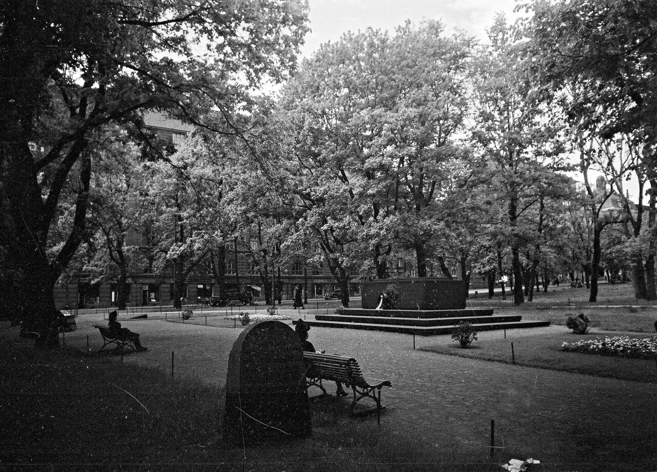 1941. 20 июня. Старая церковь и памятник немецким содатам в парке