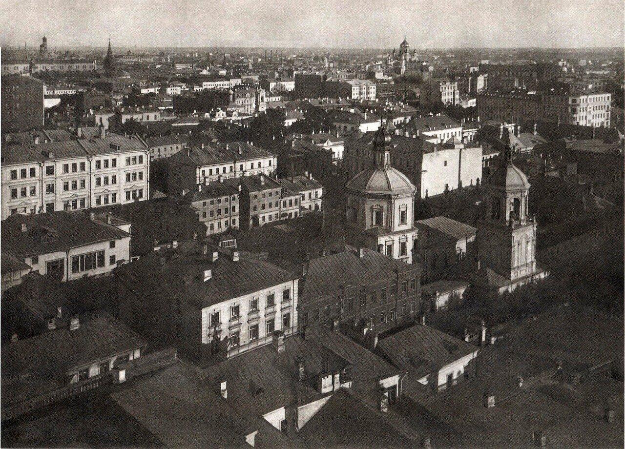 Кадр ориентирован прямо на сплошную ленту доходных домов по Леонтьевскому переулку. Малоэтажная застройка квартала против них частично сохранилась.