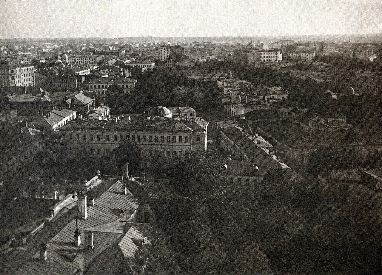 По оси снимка, направленной в сторону Никитских ворот - дворы домов вдоль Тверского бульвара. трёхэтажный дом с архивольтами над окнами второго этажа
