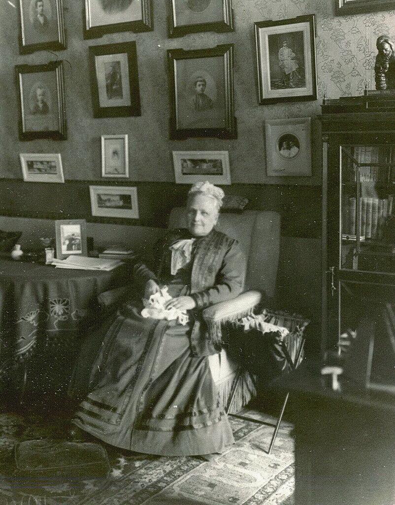 33. Фрейлина ее императорского величества, начальница Смольного института княгиня Е.А. Ливен в кресле с вязанием в руках