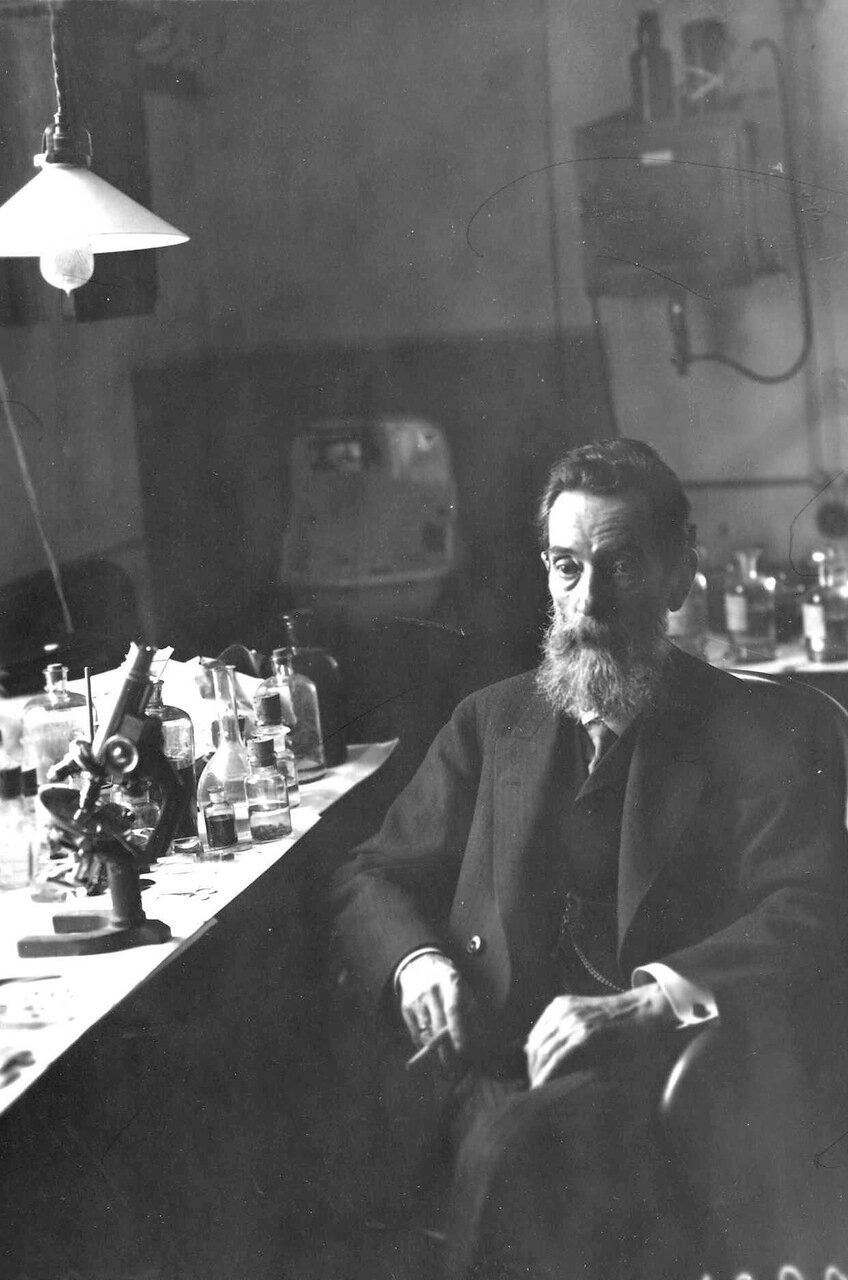 Догель Александр Станиславович - профессор, заведующий кафедрой гистологии и эмбриологии за столом в лаборатории
