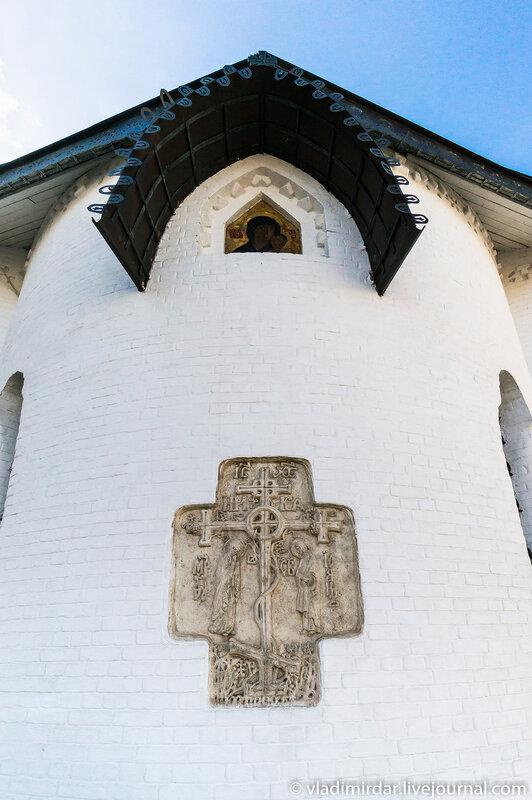 Крест. Фрагмент декора восточного фасада Покровского собора.