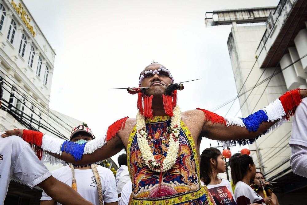 Ужасный Вегетарианский фестиваль в Таиланде