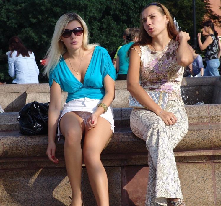 Девушки сверкают труселями