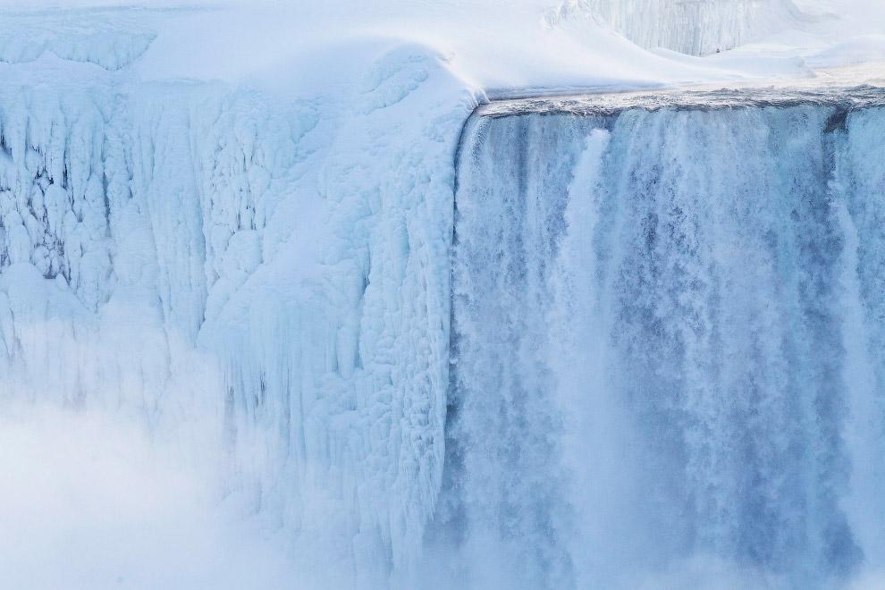 5. Хотя перепад высот и не очень велик, водопады очень широки, и по объёму проходящей через нег