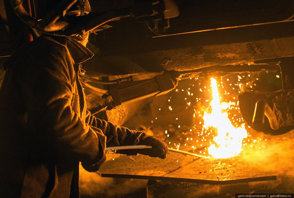 16. Металлические слитки плавно вытекают из кристаллизатора и разрезаются газовой кислородной г