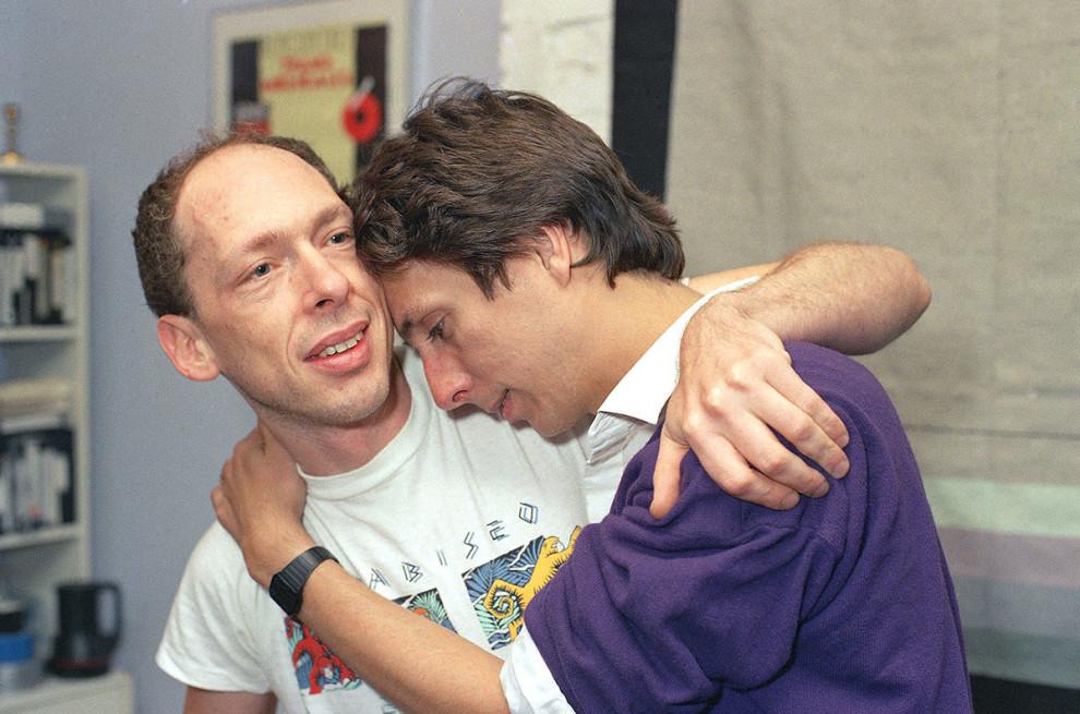 ВИЧ-инфицированного Майкла Кэллена (справа) утешает его партнер Ричард Дуоркин, 1989 год.