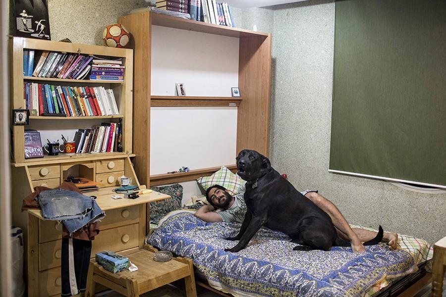 17. Шервин в своей комнате с собакой. По исламским законам, собака считается грязным животным, поэто