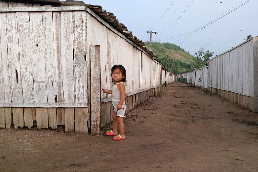 7. Маленькая девочка гуляет по улице в этом же городке